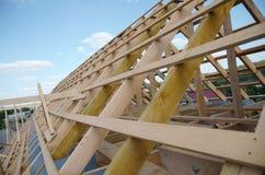Nieuw huis momenteel in aanbouw en houten rof Royalty-vrije Stock Afbeeldingen