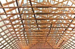 Nieuw huis momenteel in aanbouw en houten rof Stock Afbeeldingen