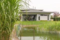 Nieuw huis onder aard royalty-vrije stock afbeeldingen