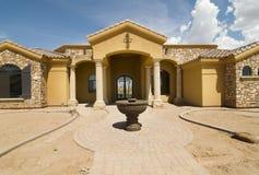 Nieuw huis op eind van bouw royalty-vrije stock foto