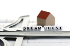 Nieuw huisproject met de tekst van het droomhuis op heerser Architectuurplan en klein modelhuis Royalty-vrije Stock Foto