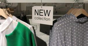 Nieuw inzamelingsteken in klerenopslag met hangers stock footage