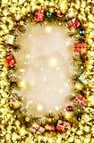 Nieuw jaar Achtergrond, kader van Kerstboomtakken en Kerstmisdecoratie Gouden sneeuw Vrije ruimte voor tekst stock afbeeldingen