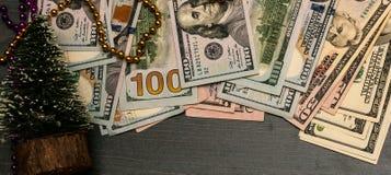 Nieuw jaar als achtergrond Geld onder de Kerstboom stock afbeelding