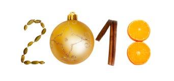 Nieuw jaar 2018 3D aantallen met kruiden, oranje en gouden bal op een witte achtergrond Kerstman Klaus, hemel, vorst, zak Stock Foto