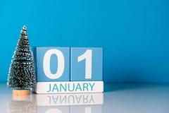 Nieuw jaar 1 Dag 1 van januari van december-maand, kalender met weinig Kerstmisboom op blauwe achtergrond Bloem in de sneeuw Stock Afbeelding