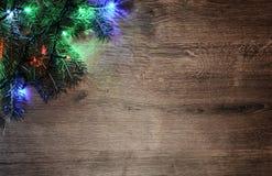 Nieuw-jaar elektrische slinger op een houten achtergrond Heldere bollen o Stock Afbeeldingen