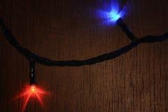 Nieuw-jaar elektrische slinger op een houten achtergrond Heldere bollen o Stock Foto