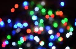 Nieuw-jaar elektrische slinger op een houten achtergrond Heldere bollen o Royalty-vrije Stock Fotografie
