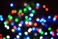 Nieuw-jaar elektrische slinger op een houten achtergrond Heldere bollen o Royalty-vrije Stock Afbeeldingen