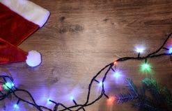 Nieuw-jaar elektrische slinger op een houten achtergrond Heldere bollen o Stock Afbeelding