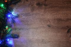 Nieuw-jaar elektrische slinger op een houten achtergrond Heldere bollen o Royalty-vrije Stock Foto's