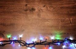 Nieuw-jaar elektrische slinger op een houten achtergrond Heldere bollen o Stock Foto's