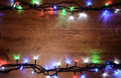 Nieuw-jaar elektrische slinger op een houten achtergrond Heldere bollen o Stock Fotografie
