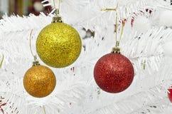 Nieuw jaar en christmass ballen op witte pijnboom Royalty-vrije Stock Afbeelding