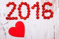 Nieuw jaar 2016 gemaakt van rode viburnum en rood houten hart op oude houten achtergrond Royalty-vrije Stock Afbeeldingen
