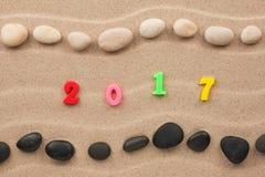 Nieuw jaar 2017 geschreven in het zand Royalty-vrije Stock Afbeeldingen