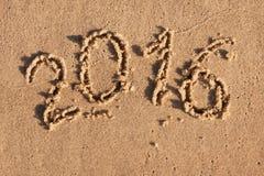 Nieuw jaar 2016 geschreven in het zand in de ochtendzon Royalty-vrije Stock Foto's