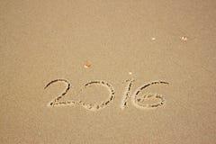 Nieuw jaar 2016 geschreven in zandig strand het gefiltreerde beeld is retro Stock Foto's