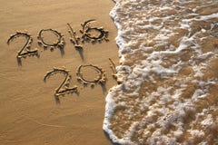 Nieuw jaar 2016 geschreven in zandig strand het gefiltreerde beeld is retro Royalty-vrije Stock Foto