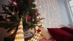 2019 Nieuw jaar 2019 Het decor van het nieuwjaar, kleurrijke slingers, Kerstmissokken Kerstboom op de Kerstboom stock videobeelden