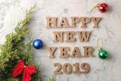 Nieuw jaar 2019 Kerstmis Vakantie Samenstelling met Kerstmis en Nieuwjaarboomtakken en het inschrijvings Gelukkige Nieuwjaar Meni stock fotografie