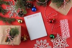 Nieuw jaar Kerstmis vakantie Samenstelling met Nieuwjaar en Kerstmisgiften en een spatie met doelstellingen voor het nieuwe jaar royalty-vrije stock afbeeldingen
