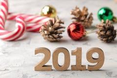 Nieuw jaar 2019 Kerstmis Vakantie Samenstelling met nummer 2019 close-up en Kerstmissuikergoed en speelgoed op een lichte achterg stock afbeelding