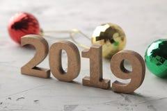 Nieuw jaar 2019 Kerstmis Vakantie Samenstelling met nummer 2019 en het close-up van het Kerstmisspeelgoed op een lichte achtergro royalty-vrije stock afbeeldingen