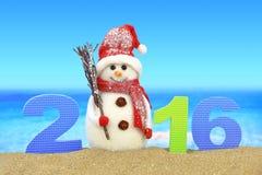 Nieuw jaar nummer 2016 en sneeuwman stock foto's