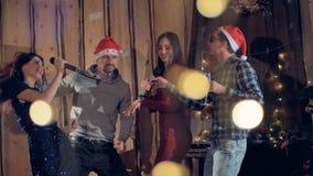 Nieuw jaar partyconcept Jongeren die pret hebben bij Nieuwjaarpartij 4K stock video