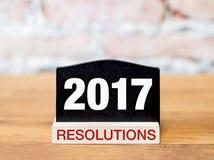 Nieuw jaar 2017 resolutiestekst op bordteken op houten lijst Royalty-vrije Stock Foto's