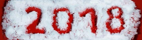 Nieuw jaar 2018 Rode aantallen op sneeuwachtergrond Geschreven door vinger op sneeuw Royalty-vrije Stock Afbeeldingen