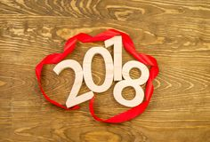 Nieuw jaar`s concept Figuren 2018 gesneden van hout op backgro Stock Fotografie