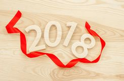 Nieuw jaar`s concept Figuren 2018 gesneden van hout op backgro Stock Foto's