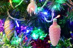 Nieuw jaar` s speelgoed op de Kerstboom stock afbeelding