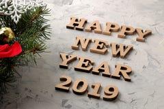 Nieuw jaar 2019 vakantie Samenstelling met het inschrijvings gelukkige nieuwe jaar met een Kerstboom en Nieuwjaarballen op een li stock afbeelding