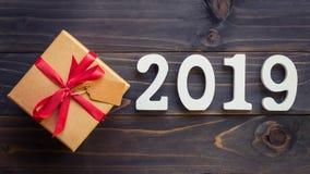 Nieuw jaarconcept - Nummer 2019 voor Nieuwjaar en bruine giftdoos o Royalty-vrije Stock Foto's