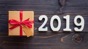 Nieuw jaarconcept - Nummer 2019 voor Nieuwjaar en bruine giftdoos o Royalty-vrije Stock Afbeelding