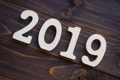 Nieuw jaarconcept - Nummer 2019 voor Nieuwjaar op een houten lijst W Stock Afbeeldingen