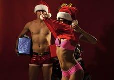 Nieuw jaarkerel en meisje op rode achtergrond stock afbeelding