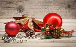 Nieuw jaarspeelgoed pinecones en ballen in rustieke stijl Stock Foto