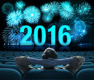 2016 nieuw jaarvuurwerk op het grote bioskoopscherm Stock Foto's