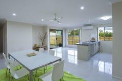 Nieuw keuken en het dineren gebied royalty-vrije stock foto's