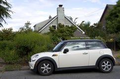 Nieuw klein auto oud huis Stock Foto