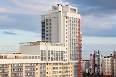 Nieuw modern blokhuis met meerdere verdiepingen op donkerblauwe hemelachtergrond in vier kleuren: rood, sinaasappel, grijs en wit Royalty-vrije Stock Fotografie