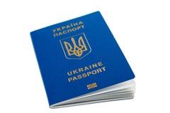Nieuw Oekraïens blauw internationaal biometrisch die paspoort met identificatiespaander en vingerafdrukken op wit worden geïsolee Stock Afbeeldingen