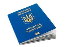 Nieuw Oekraïens blauw internationaal biometrisch die paspoort met identificatiespaander en vingerafdrukken op wit worden geïsolee Stock Foto's