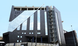 Nieuw Paleis van Rechtvaardigheid - weerspiegelde vensters Stock Foto