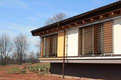 Nieuw passief huis met zonneblinden Stock Afbeeldingen